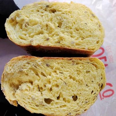 rebanada y miga de pan de maíz